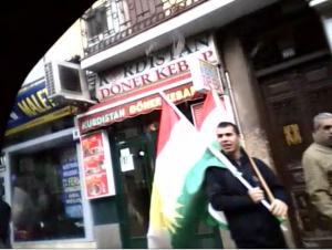 bandera kurda al lado de restaurante idem